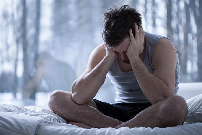 Disturbi del sonno uomo dopo notte in bianco