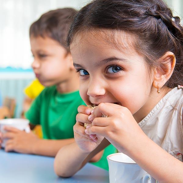 Bambina mangia sano. Alimentazione importante per microbiota sano.