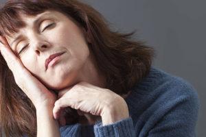 Donna in menopausa fisicamente e mentalmente stanca