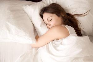 ragazza mentre dorme fasi del sonno