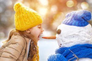 Bambina con raffreddore scherza con naso pupazzo di neve