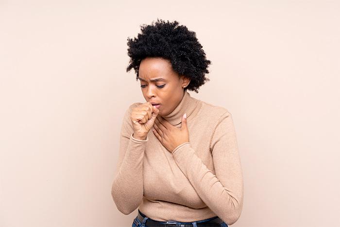 Donna con tosse allergica